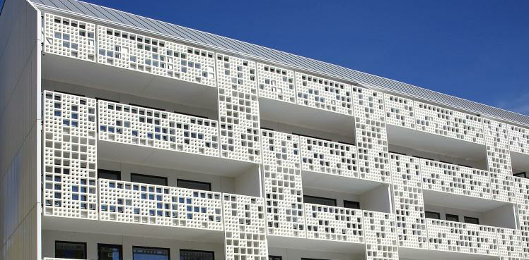 The curtain façade of brilliant white ensures privacy and the perforation, high transparency